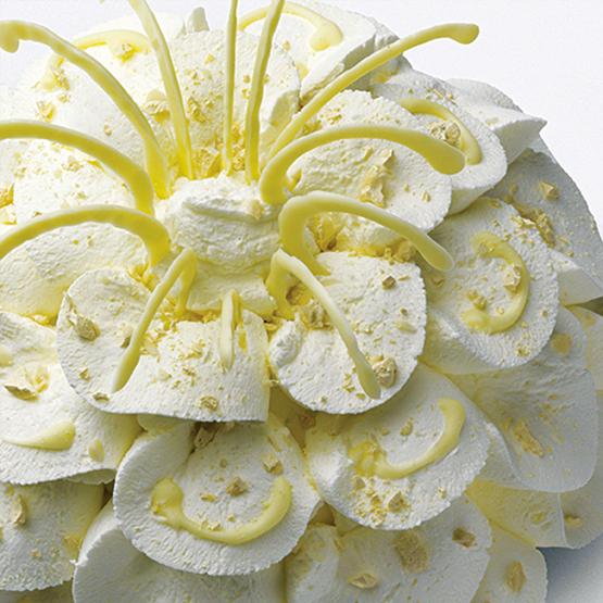 Torta a fiore di semifreddo al mandorlato e cioccolato bianco.