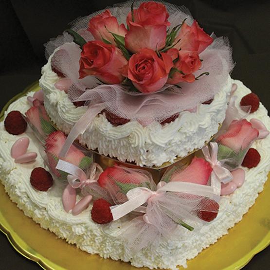 Torta delle rose con panna, lamponi e gelato alle rose